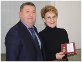 Татьяна Кабаргина, генеральный директор «Ариадны-96», награждена памятным знаком
