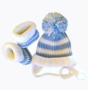 Очаровательный комплект шапочка + пинетки-сапожки.