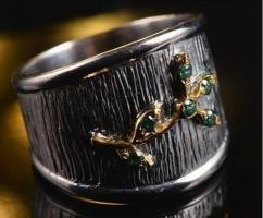 Серебряное кольцо с зелеными гранатами