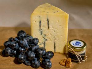 Сыр полутвердый, выдержанный с голубой плесенью.